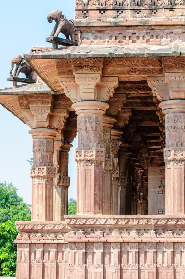 古老岩石弯曲了印度神和女神寺庙  库存照片