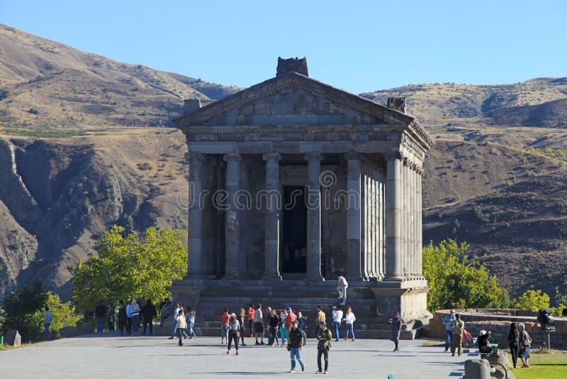 古老希腊文化的Garni异教的寺庙的游人在亚美尼亚 免版税库存图片