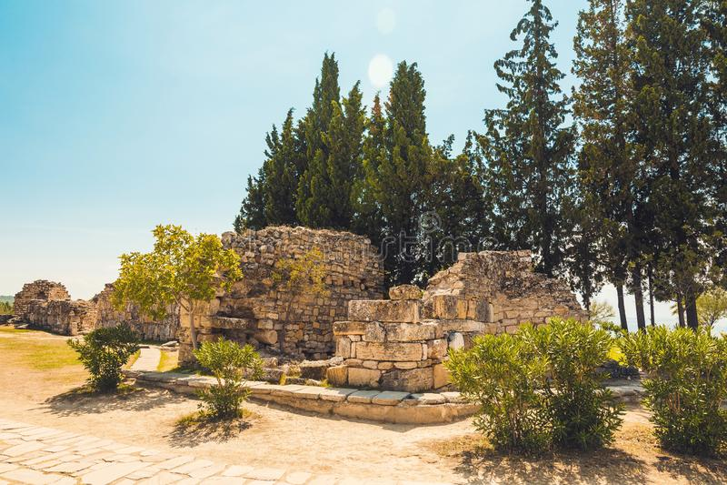 古老希腊罗马城市 古城,希拉波利斯废墟在棉花堡,土耳其 被破坏的古老地方 库存图片