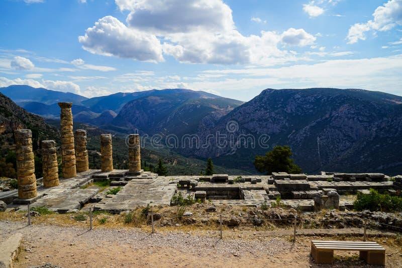古老废墟世界遗产全景阿波罗教堂的有绿色橄榄树小树林谷的, Parnassus山 免版税库存照片