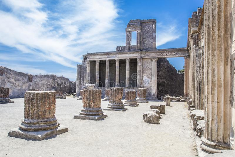 古老废墟在庞贝城-柱廊在多穆斯波纳佩庭院里通过della Abbondanza,那不勒斯,意大利 库存照片