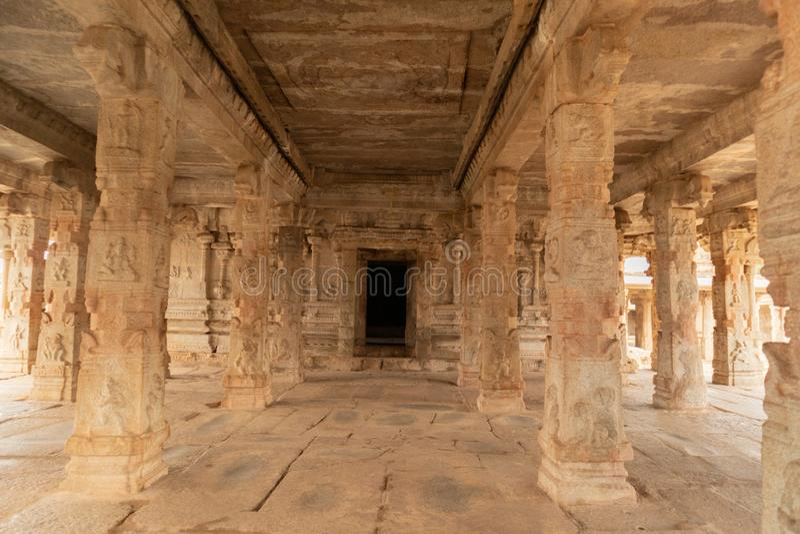 古老建筑学石柱子陈列在被破坏的krishna寺庙里面的在亨比,印度 免版税库存照片