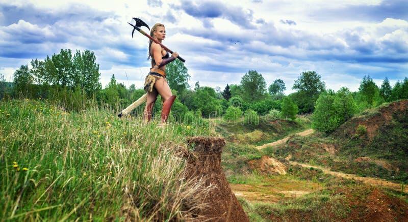 古老战士女性蛮子 在峭壁 库存图片