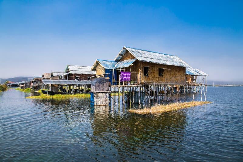 古老房子和他们的反射在水中在Inle湖,缅甸 免版税库存照片