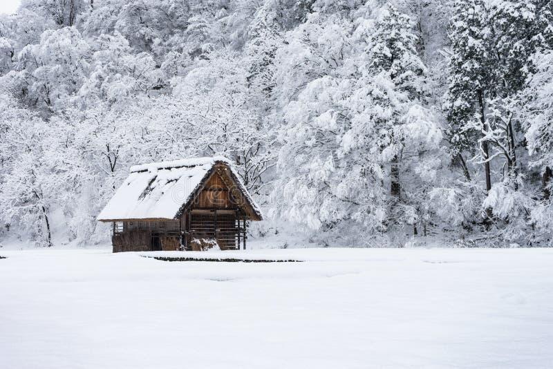 古老房子和雪的图片是重的在白川町去vill 库存照片