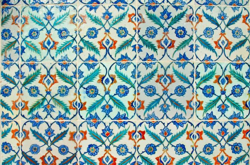 古老手工制造土耳其语-无背长椅瓦片在Topkapi宫殿 Tur 库存照片