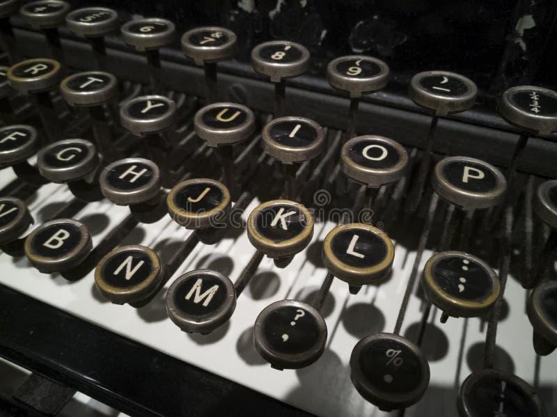 古老打字机钥匙接近减速火箭的样式 免版税库存图片