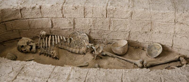 古老掩埋处人在伊朗完全与瓦器 库存图片