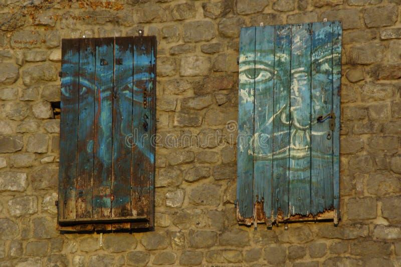 古老摒弃的Paintet窗口hous在黑山 免版税库存图片