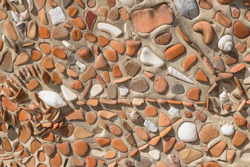 古老文化关闭的概念残破的色的石头和贝壳照片的有马赛克背景 样式  库存图片