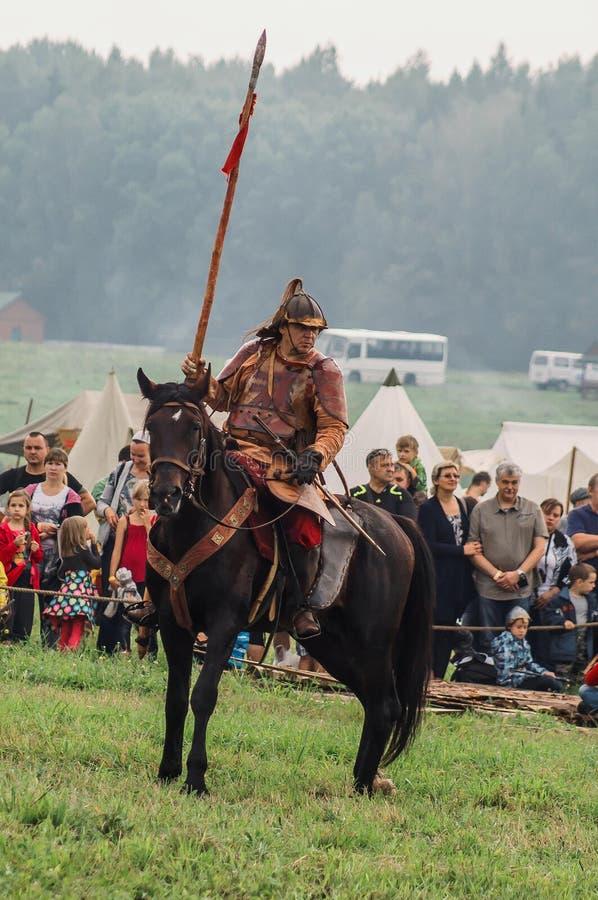 古老斯拉夫人的历史的争斗的重建历史俱乐部第五个节日的在Kalu Zhukovsky区  免版税库存照片