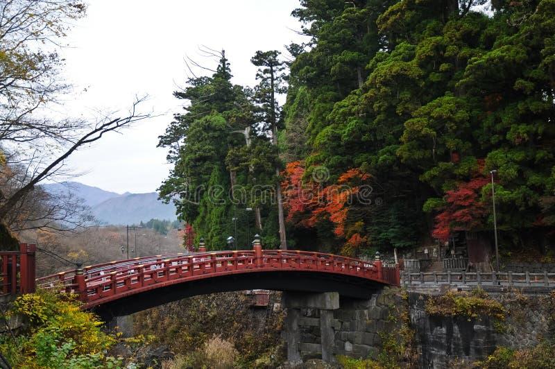 古老日本红色弧桥梁和秋叶在仙台 免版税库存照片