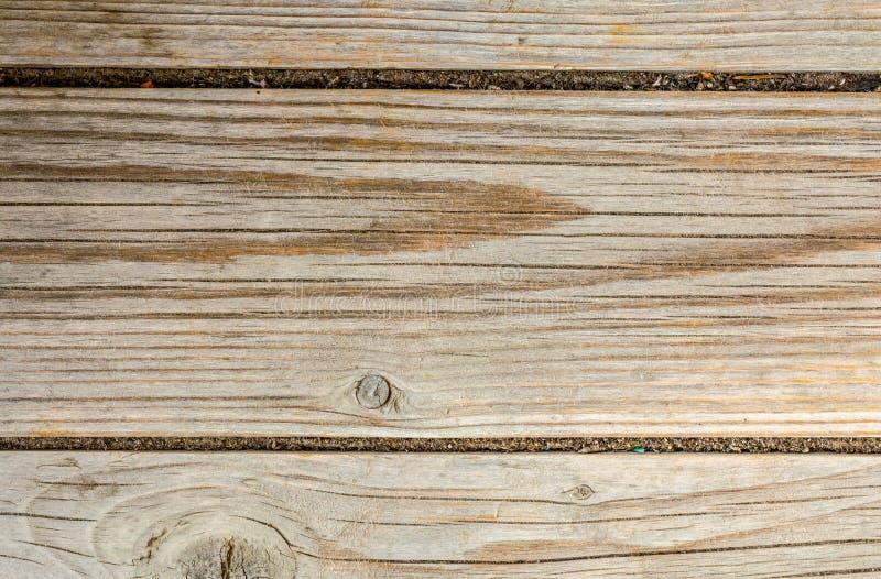 古老木墙壁的纹理,与很多镇压和剥纤维,特写镜头摘要背景的老干木头 库存照片
