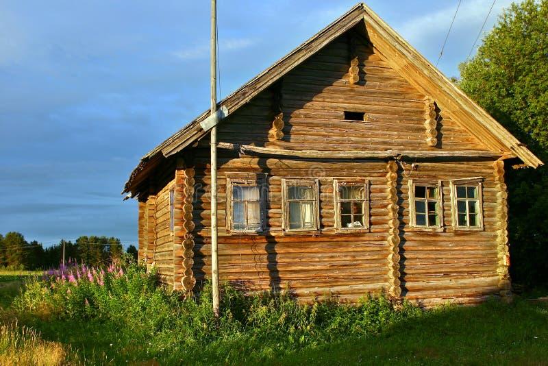 古老木用木材建造的农民农厂小屋照亮了日落太阳 免版税库存照片