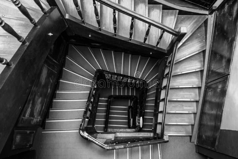 古老木螺旋形楼梯正方形形状 图库摄影