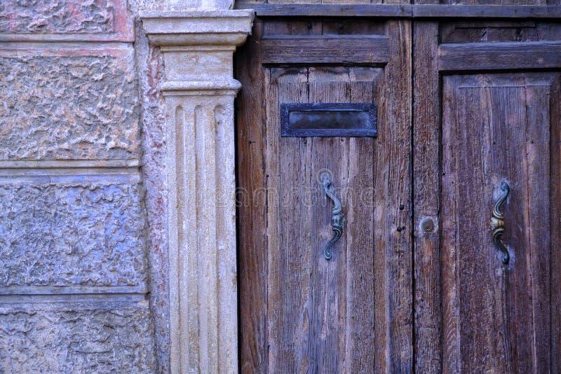 古老木门和邮箱 库存图片