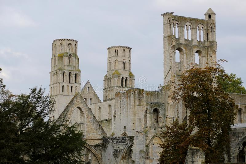 古老本尼迪克特的修道院的被毁坏的穹顶和墙壁 图库摄影