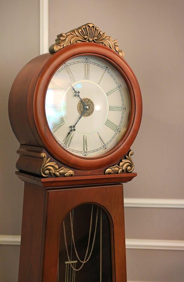 古老样式身分摆钟在房子里 图库摄影