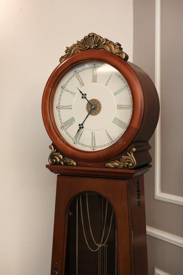 古老样式身分摆钟在房子里 免版税库存图片