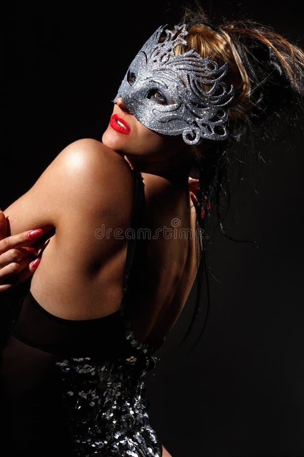 古老样式面具的隐姓埋名的妇女 库存图片