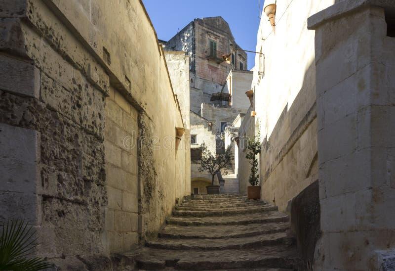 古老楼梯在马泰拉历史的区 免版税图库摄影