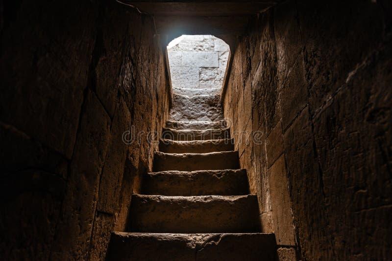 古老楼梯在Diri酵母酒蛋糕陵墓, 14世纪, Gobustan市,阿塞拜疆 免版税库存图片