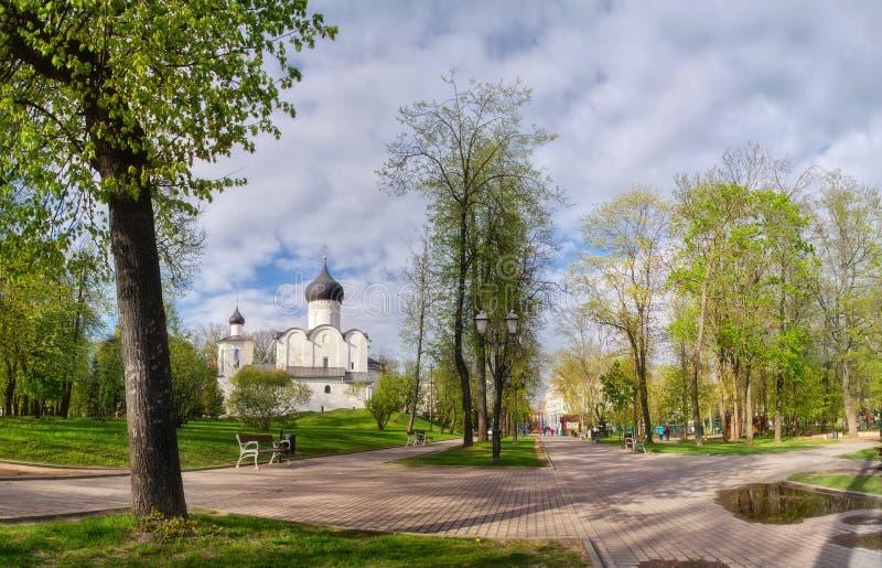 古老正统基督徒石寺庙 普斯克夫,普斯克夫 圣蓬蒿教会伟大在绿色背景的小山  免版税库存图片