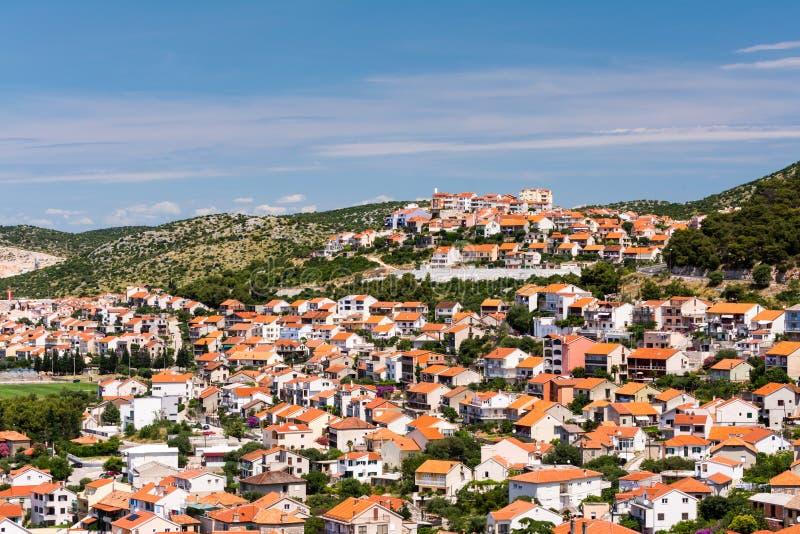 古老沿海城市房子红色屋顶位于小山的  免版税库存照片