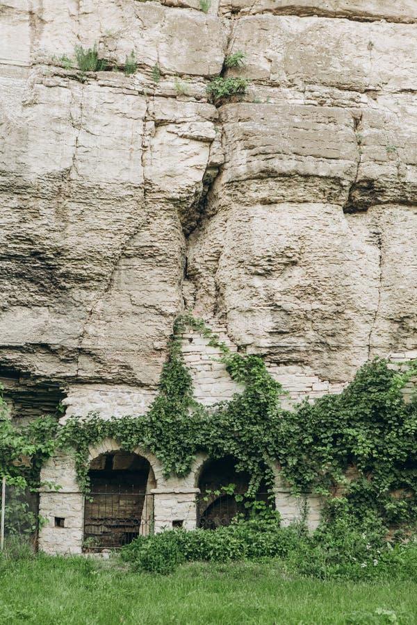 古老洞城市修道院岩石峭壁曲拱 库存图片