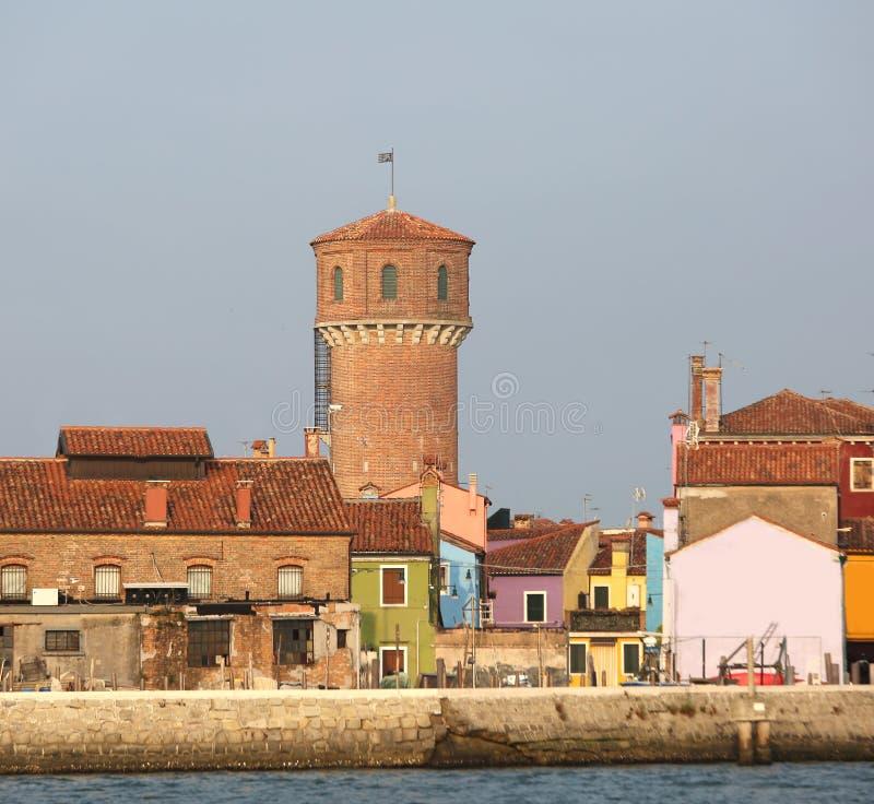古老渡槽塔在威尼斯附近的Burano海岛 免版税库存照片