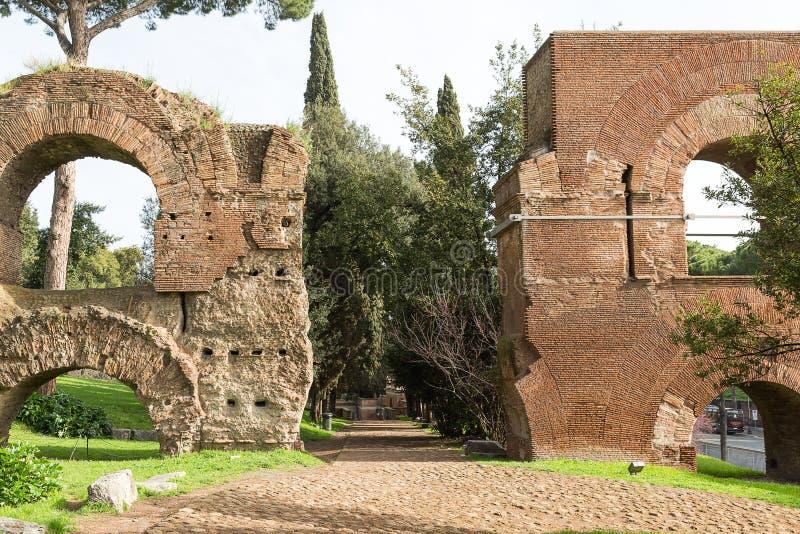 古老渡槽的遗骸在帕勒泰恩小山,罗马, Ital的 库存图片