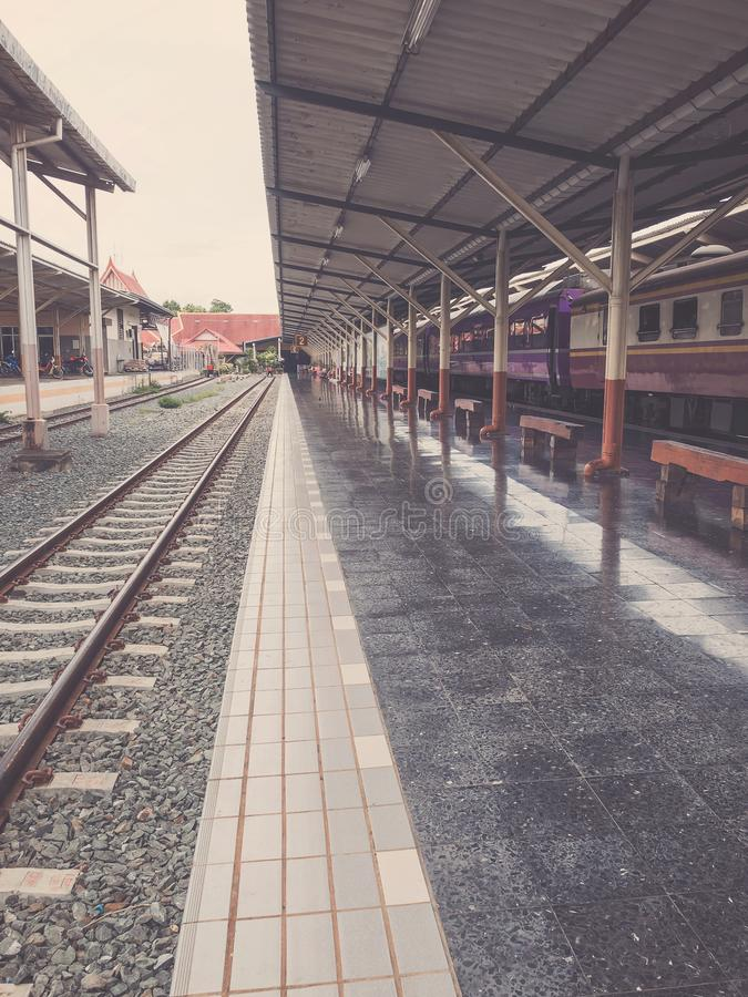 古老火车站空的平台在泰国 图库摄影