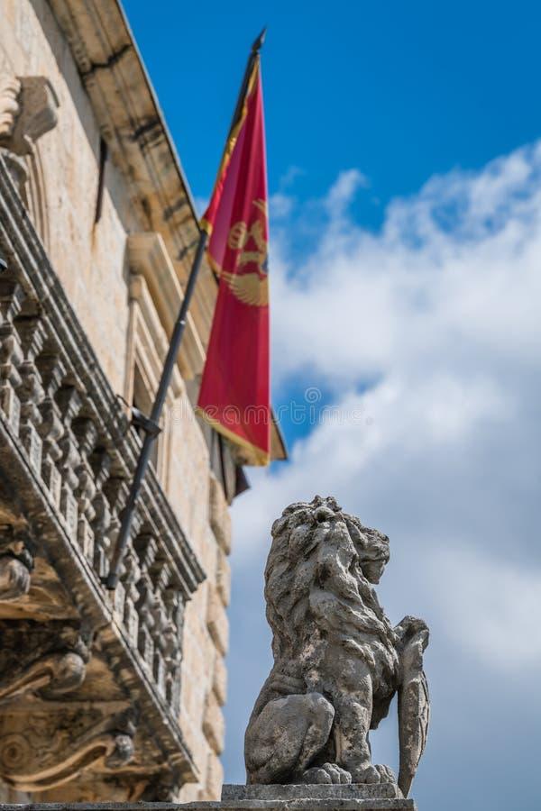 古老狮子雕塑在Perast镇 免版税库存图片