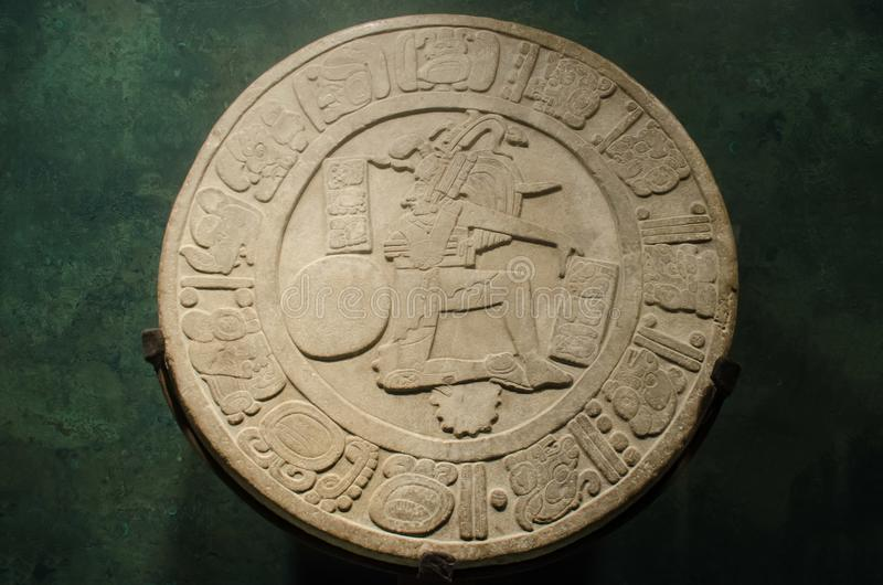 古老玛雅状况球员石头圆盘 免版税库存图片