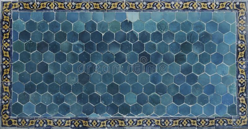 古老瓦片 陶瓷墙壁在布哈拉 伊斯兰教的陶瓷装饰 免版税库存图片