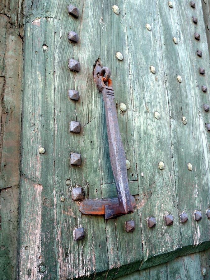 古老生铁通道门环,罗马,意大利 免版税库存图片