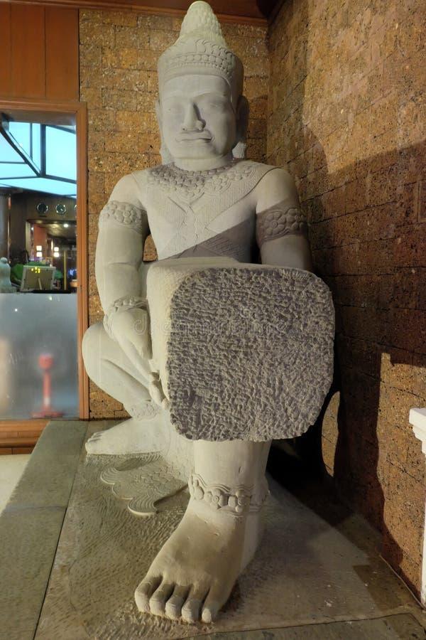 古老白色雕象,从古老亚洲寺庙的装饰雕塑 免版税图库摄影