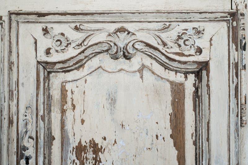 古老白色洗脸台局家具特写镜头有油漆的剥落了 免版税库存照片