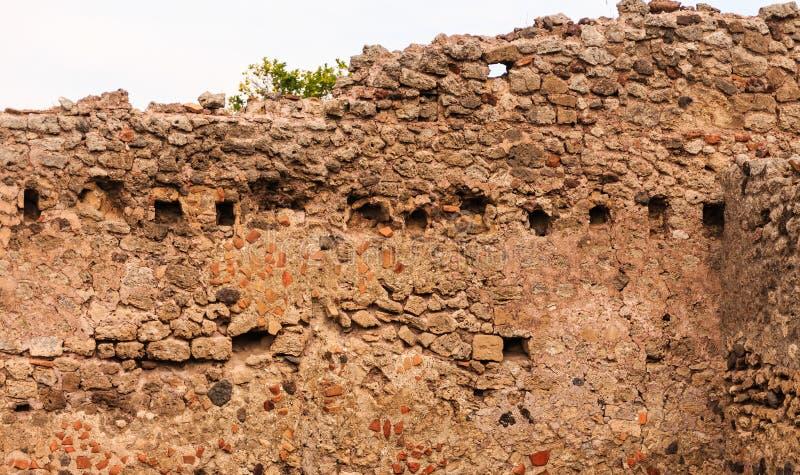 古老石头和灰浆墙壁在庞贝城 免版税图库摄影
