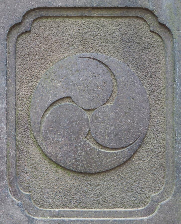 古老石日本神道的信徒宗教三位一体标志雕刻 库存照片