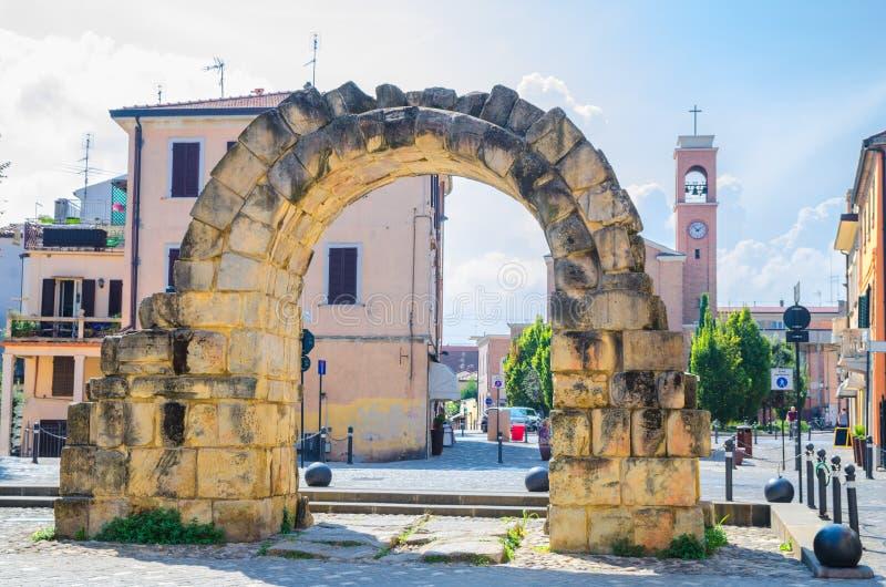 古老石曲拱波尔塔Montanara门和Parrocchia di圣Gaudenzo教会废墟在里米尼 免版税库存照片
