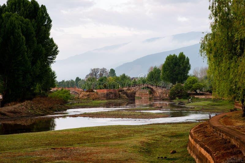古老石桥梁在清早 免版税库存照片