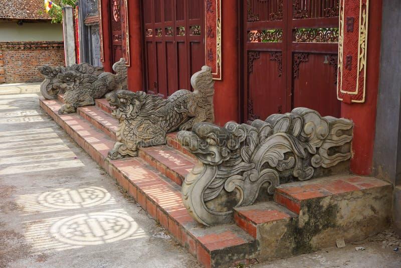 古老石龙守卫门在佛教寺庙在农村越南 图库摄影