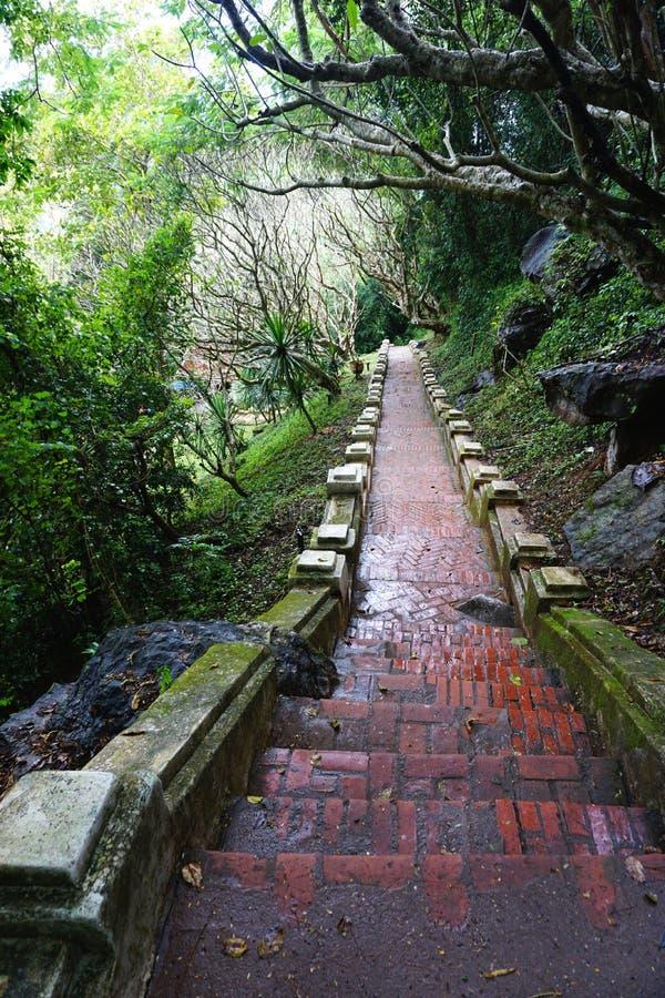 古老砖和石楼梯在登上Phousi在琅勃拉邦,老挝 免版税图库摄影