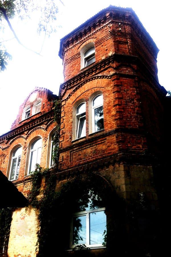 古老砖瓦房,古老建筑学废墟  ?? 一个老砖塔上升到天空 库存照片