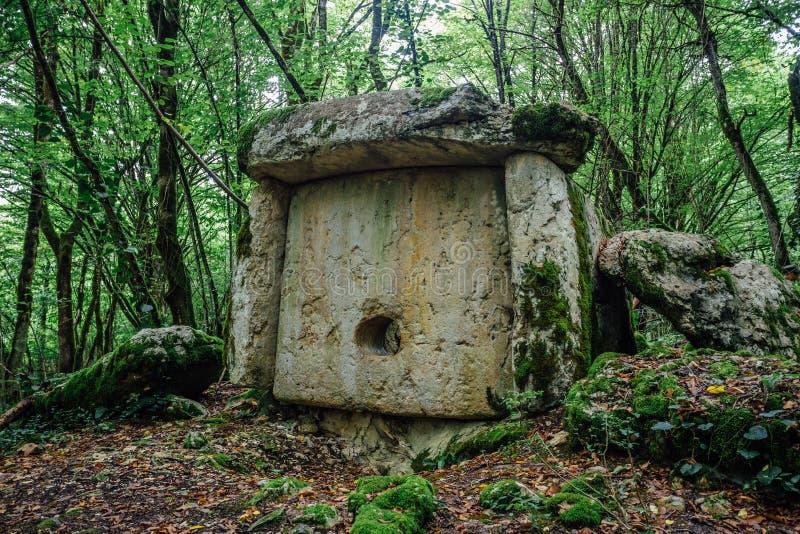 古老神奇巨石建筑都尔门在阿布哈齐亚森林里 免版税库存图片