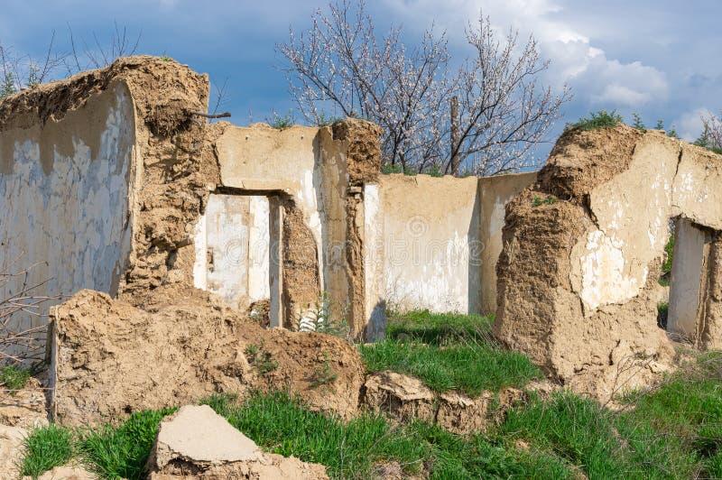 古老篱笆条和涂抹房子废墟 免版税库存照片