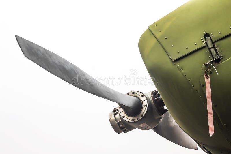 古老绿色军用飞机推进器 免版税库存照片