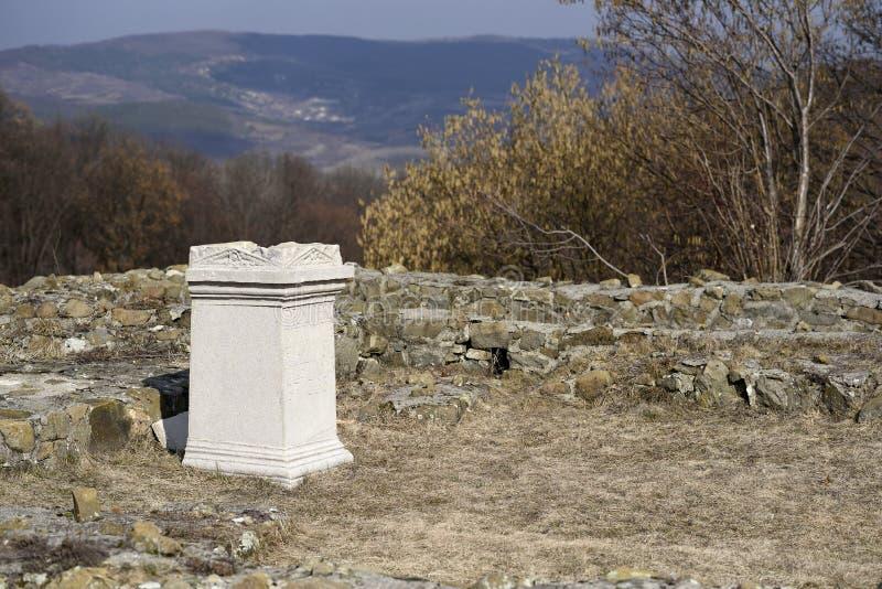 古老罗马帝国寺庙废墟Porolissum在Moigrad,罗马尼亚 免版税库存图片