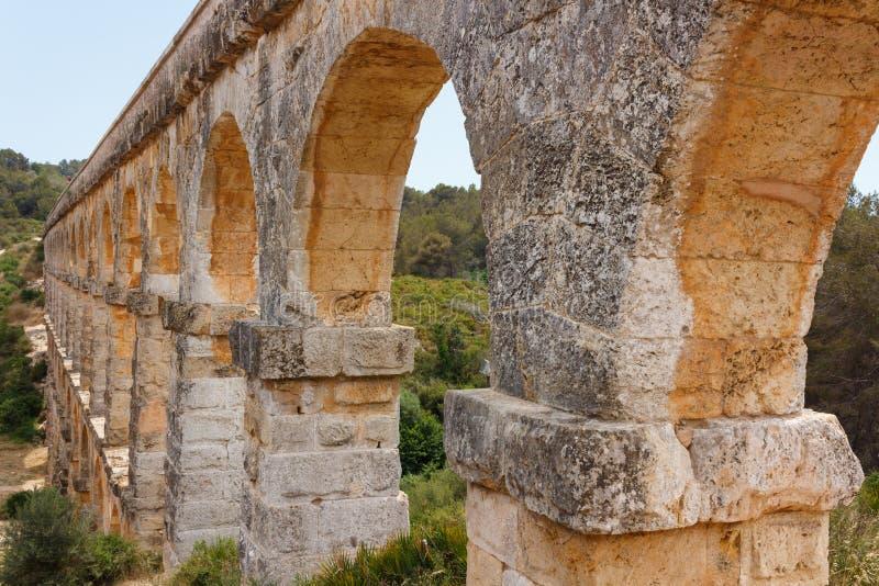 古老罗马渡槽在卡塔龙尼亚,西班牙 图库摄影